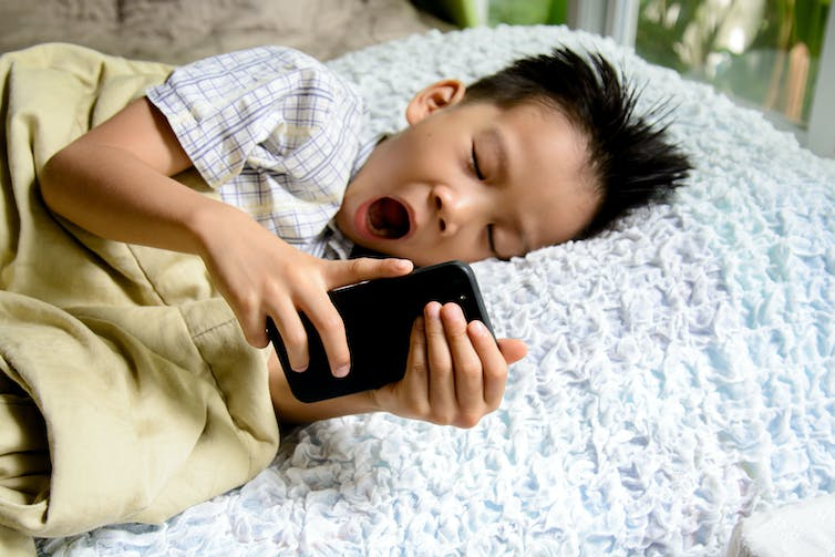 impact of mobile phones on sleep Continued slumber, unplugged unwind before bedtime have a transition period, about 15 to 30 minutes, of technology-free time before you go into your bedroom for sleep.