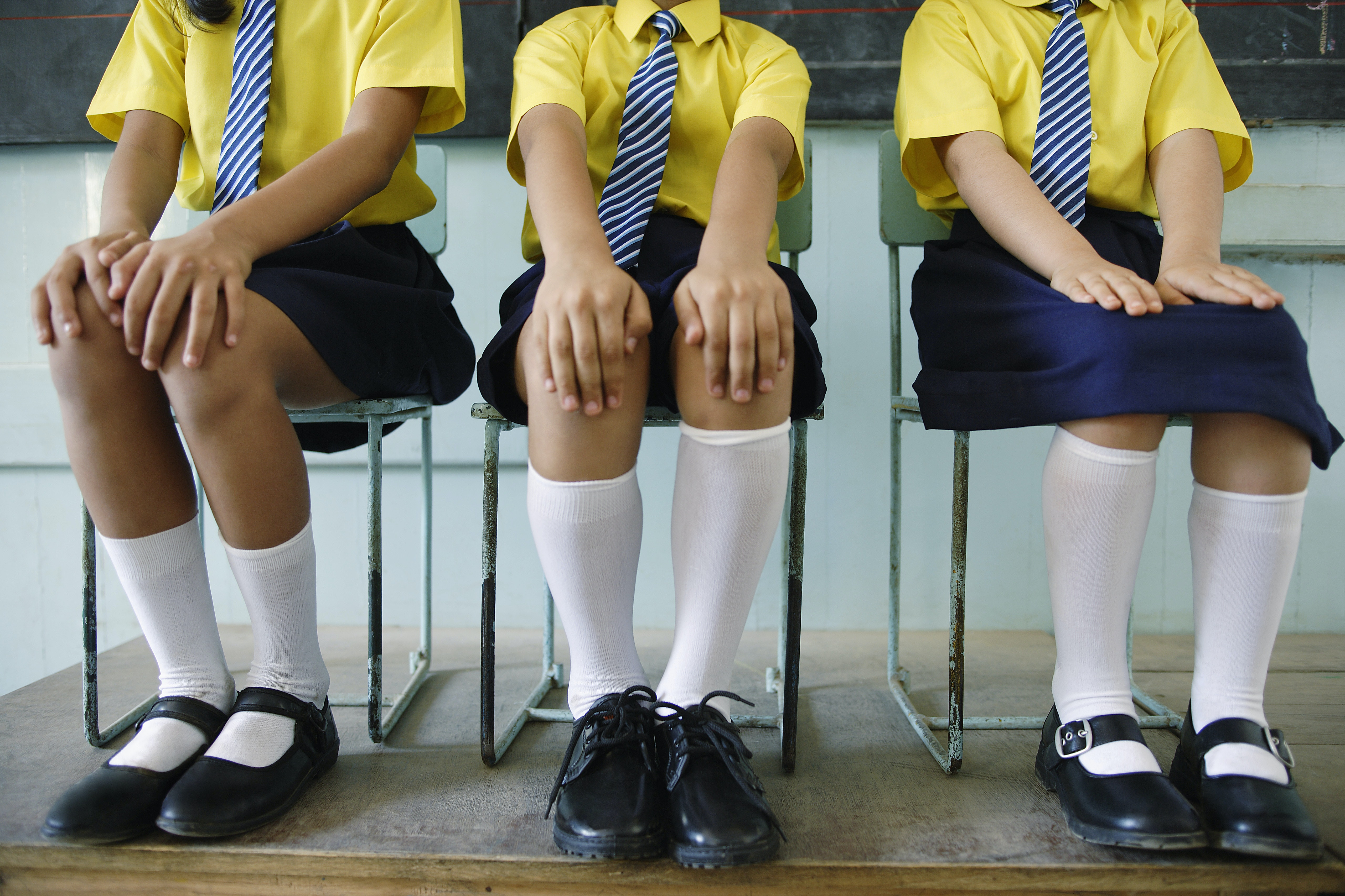 students should be wearing uniforms to prevents violence in schools The question of whether children should wear a uniform to school  uniforms  can actually lead to more violence, as they make students from  religious beliefs  through the way they dress, and uniform stops them doing this.