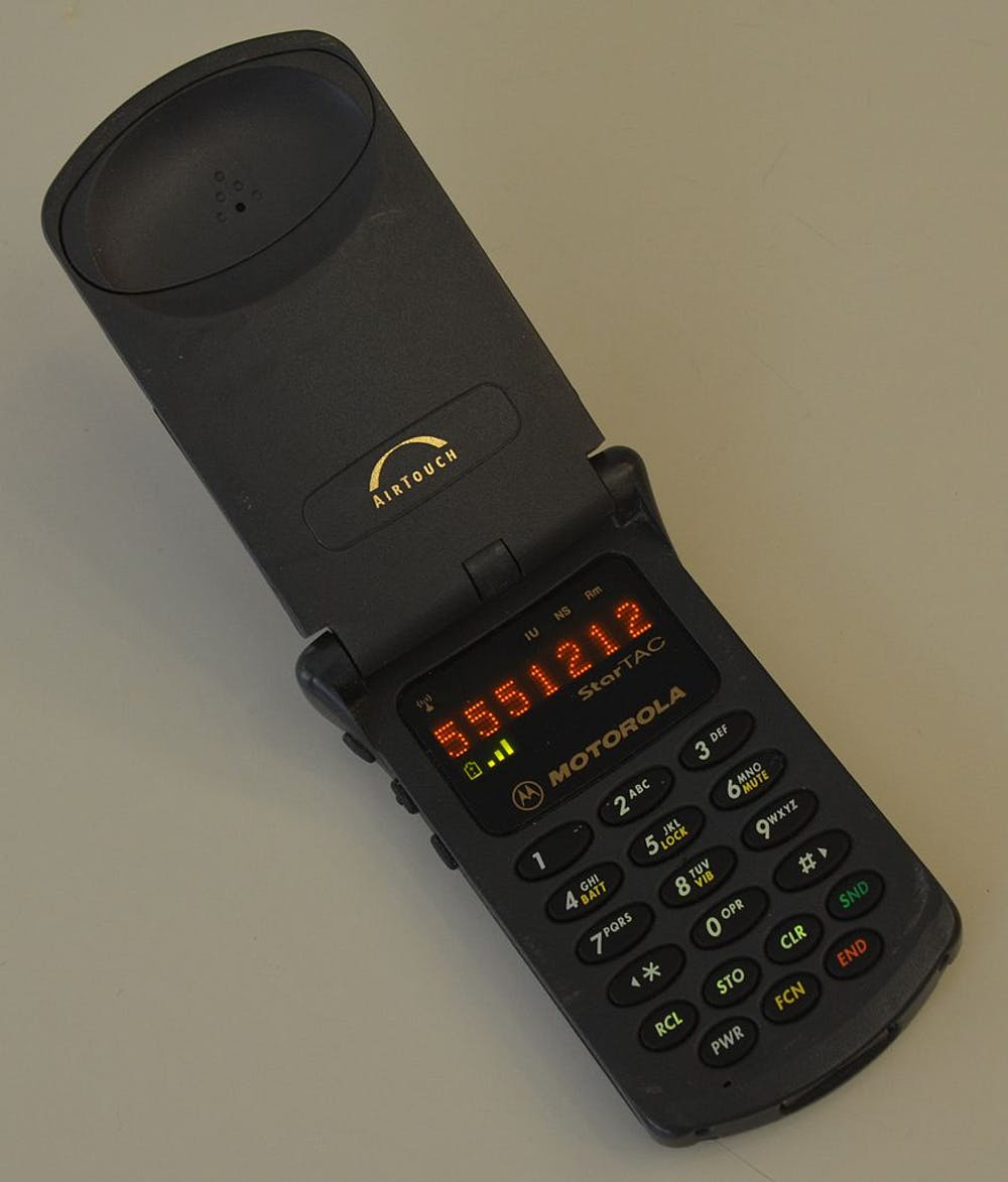 6a4bbdfc8 Motorola StarTAC, the smallest flip phone of its day. Nkp911m500, CC BY-SA
