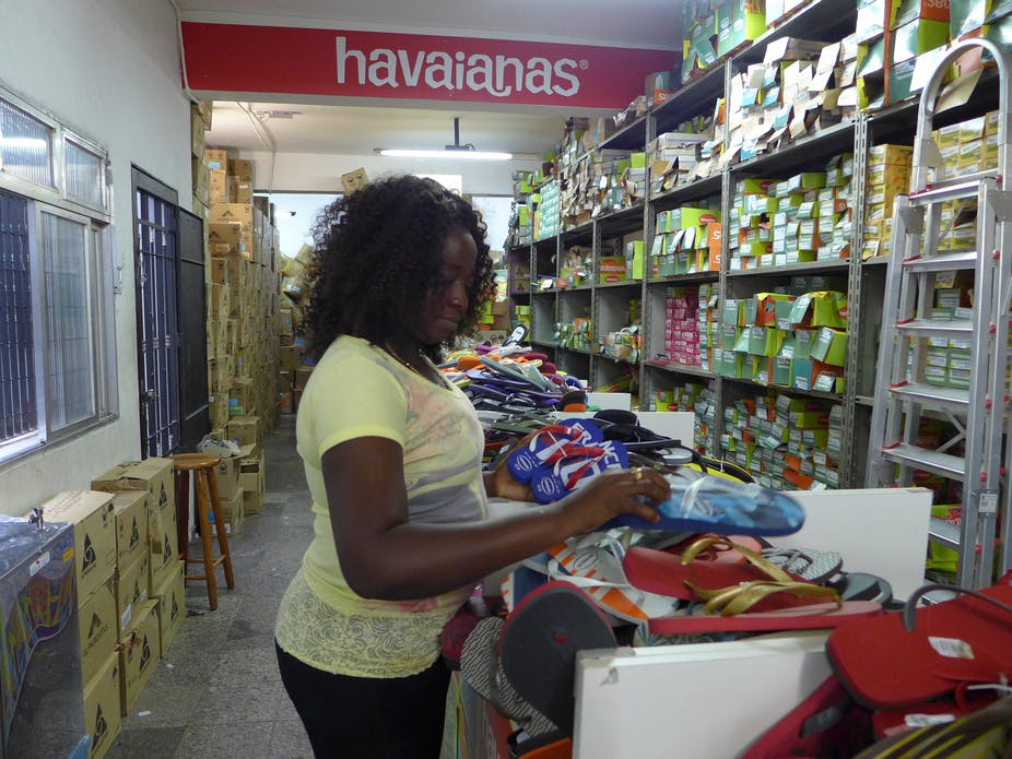 af2909194cd An Angolan importer buying Havaianas in the market of Brás