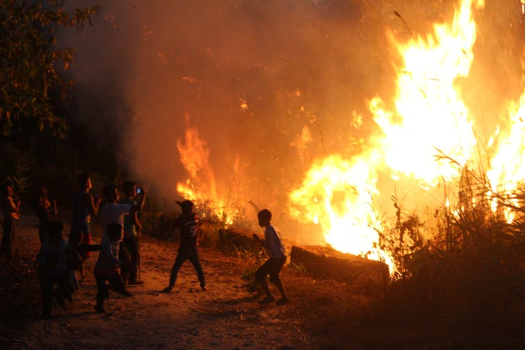 As the fire reaches the edge, some try taking photographs with mobile phones. Mirza Zulfiqur Rahman, Author provided