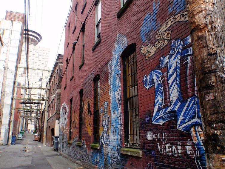 O bairro de Downtown Eastside, em Vancouver, tem um histórico de respostas inovadoras de redução de danos causados pelo consumo de drogas.