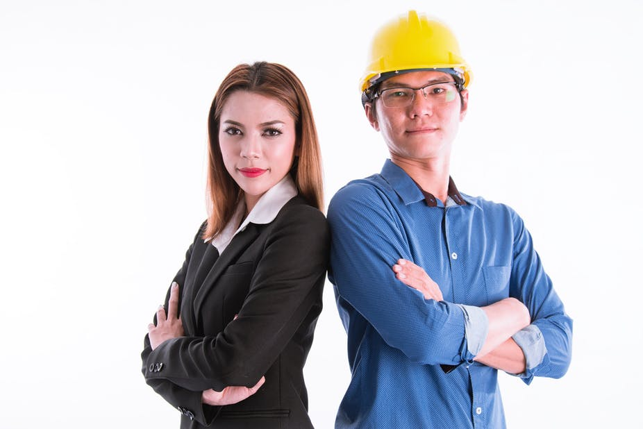 difference between white collar and blue collar workers Let's take a look and compare the average job salaries from a list of white collar jobs and a list of blue collar jobs (note: for up-to-date salary information, click on each job title.