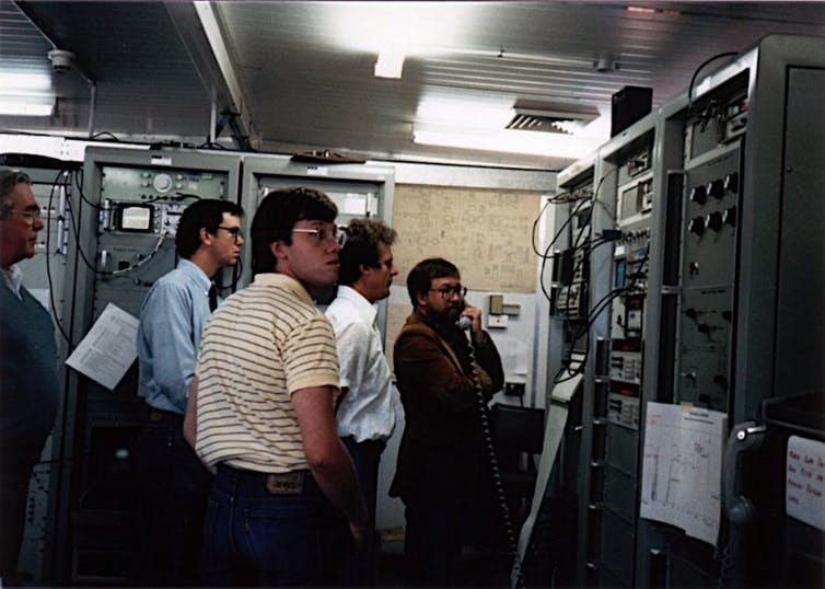 CDSCC staff at Parkes monitoring the encounter with Uranus' moon, Miranda, in 1986.