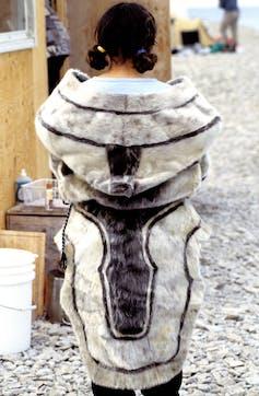 An image of an amauti in seal skin. (Ansgar Walk), CC BY