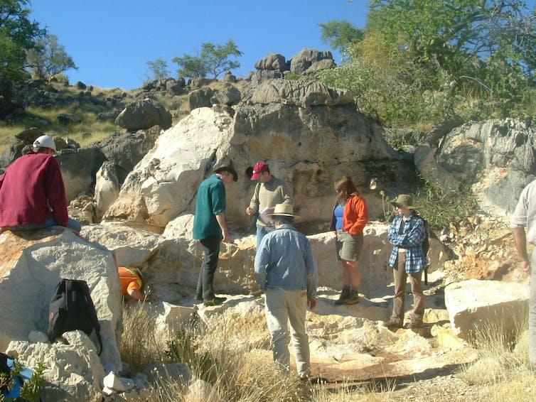 O local no Queensland, estado localizado no nordeste australiano, onde o fóssil de Wakaleo schouteni foi encontrado. Foto: Anna Gillespie / The Conversaton.