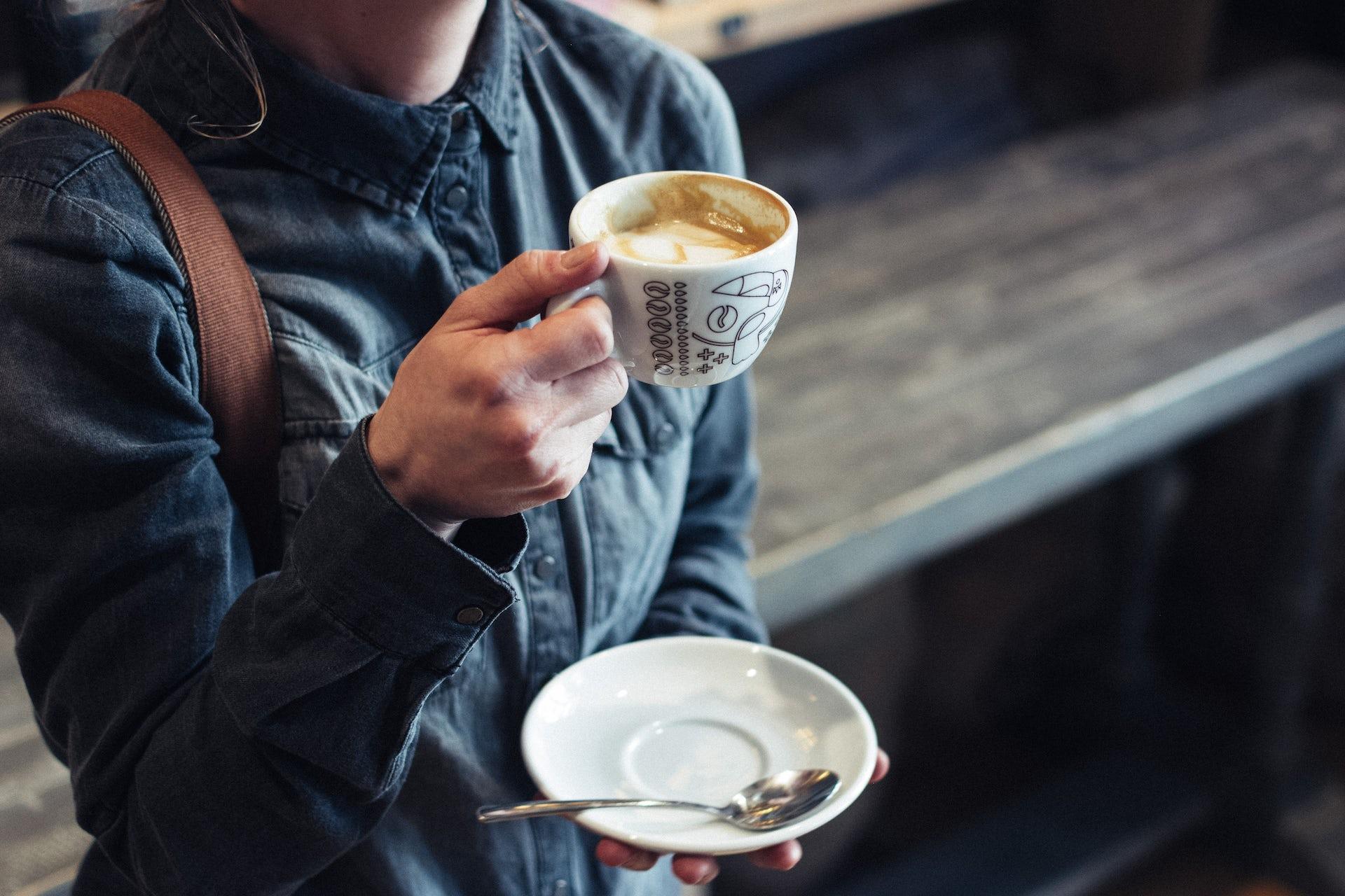 Девушка с кружкой кофе