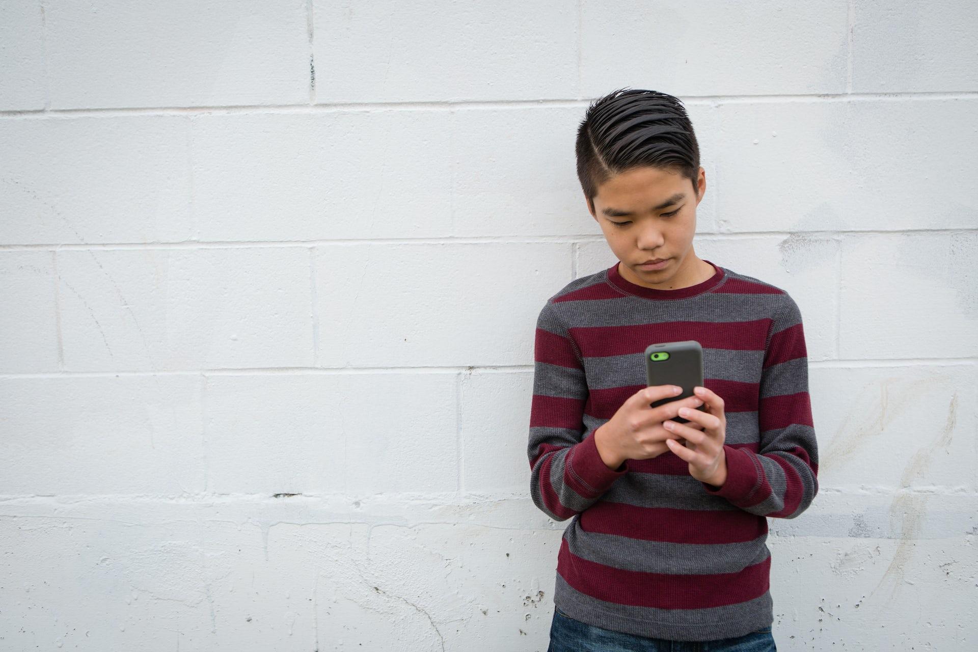 enseñar-a-los-hijos-como-comportarse-online