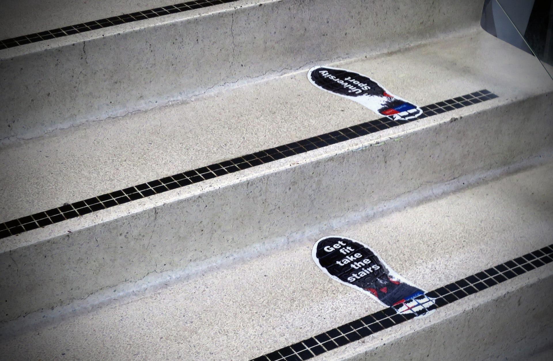 Sur l'empreinte : « Retrouvez la forme, prenez l'escalier ». Alan Stanton/Flickr, CC BY-SA