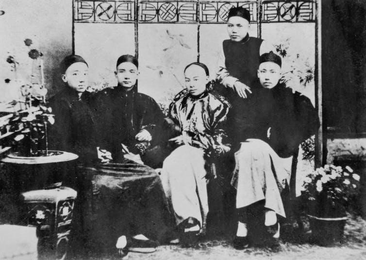 Sentados, de izquierda a derecha: Yang Heling, Sun Yat-sen, Chen Shaobai y You Lie. Levántate, Guan Jingliang, 1892. Sun Yat-sen fue un intelectual y revolucionario chino, padre fundador de la República de China.Wikimedia
