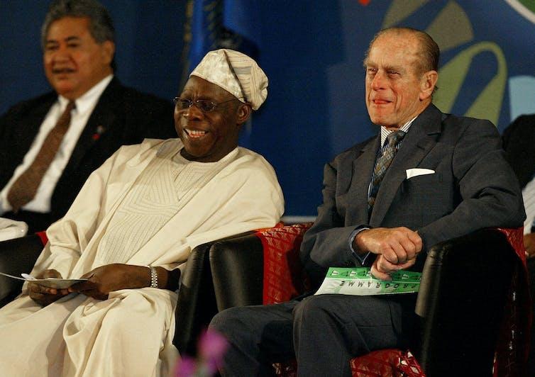 Felipe y el presidente Olusegun Obasanjo sentados riendo