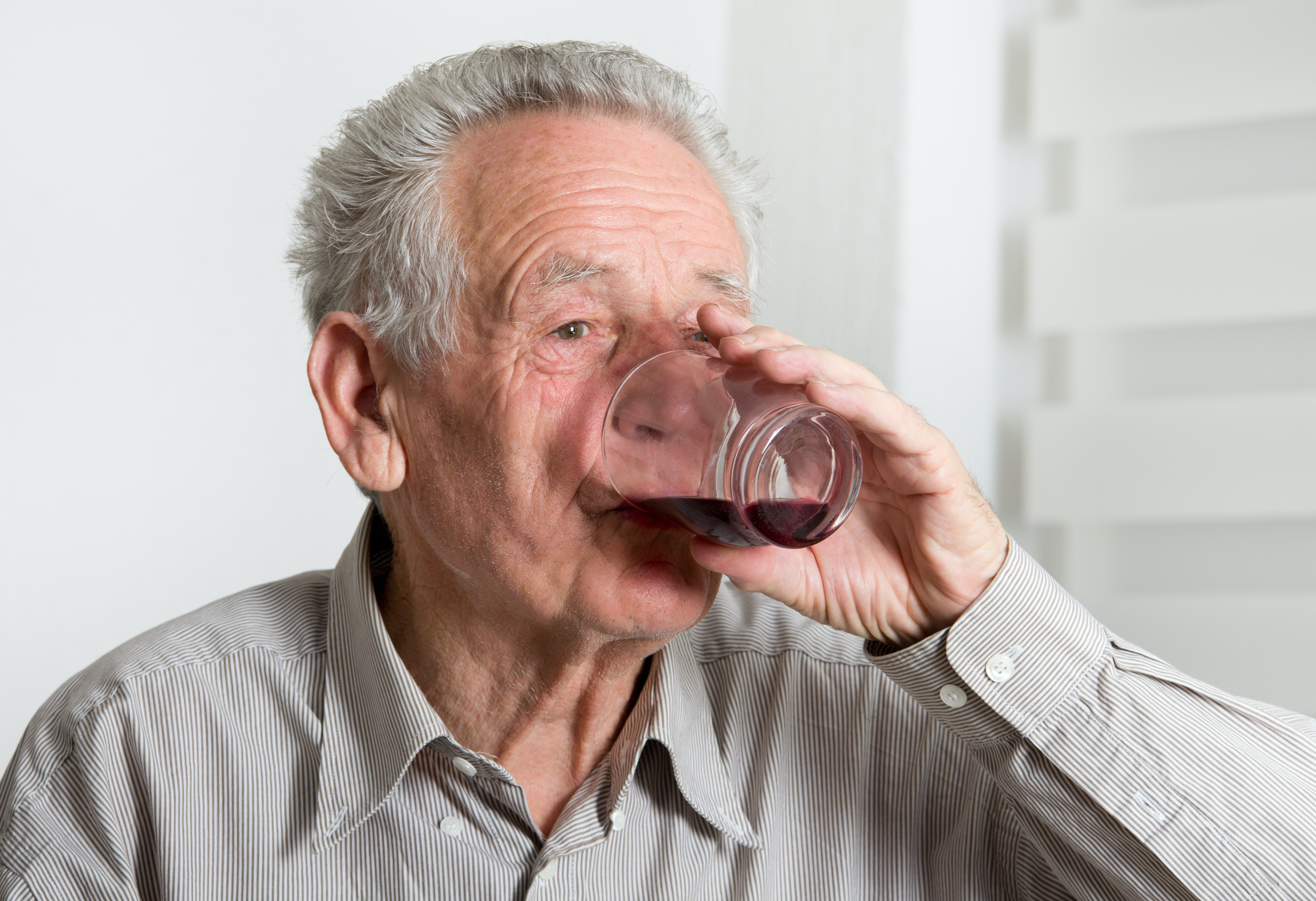 Teetotalism in midlife makes you more likely to develop dementia? What the research actually says