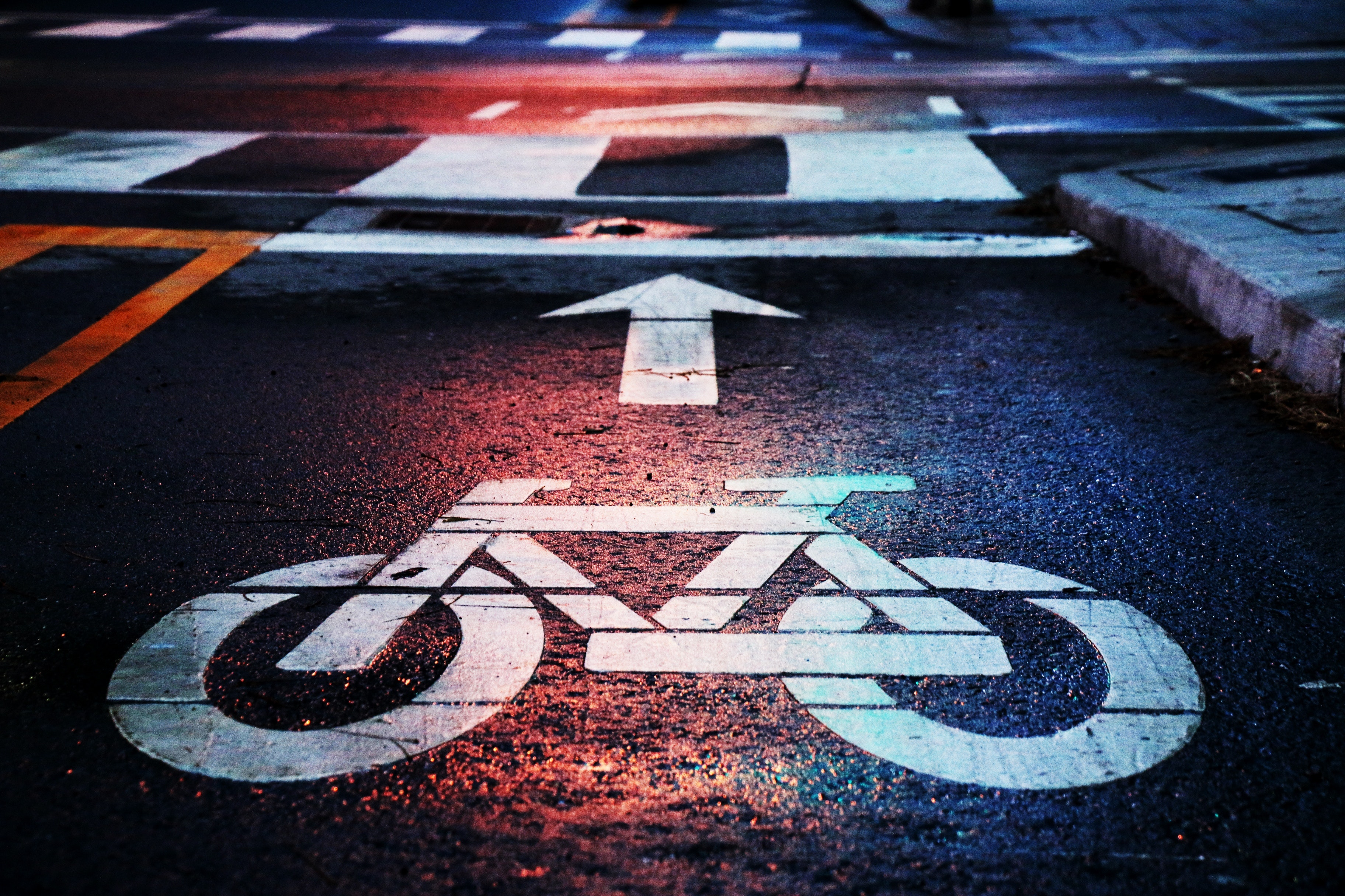 Bicycle road sign. Photo by Andrew Gook/Unsplash
