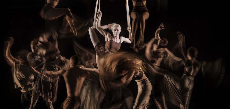 En Masse is an arresting fusion of circus, dance and classical music