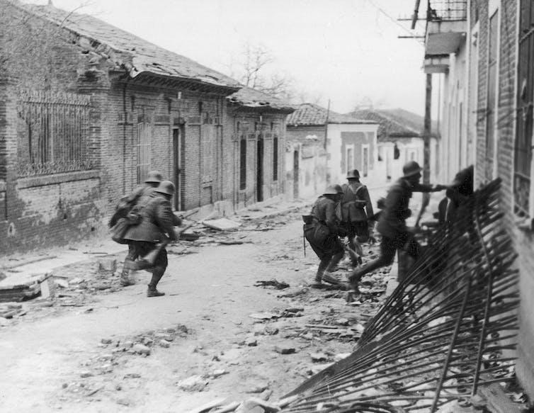 Soldados del Frente Nacional asaltan un barrio de las afueras de Madrid en 1937.Foto: Wikimedia