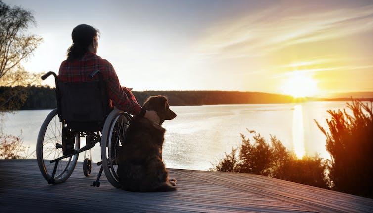 Une femme atteinte de sclérose en plaques avec son chien