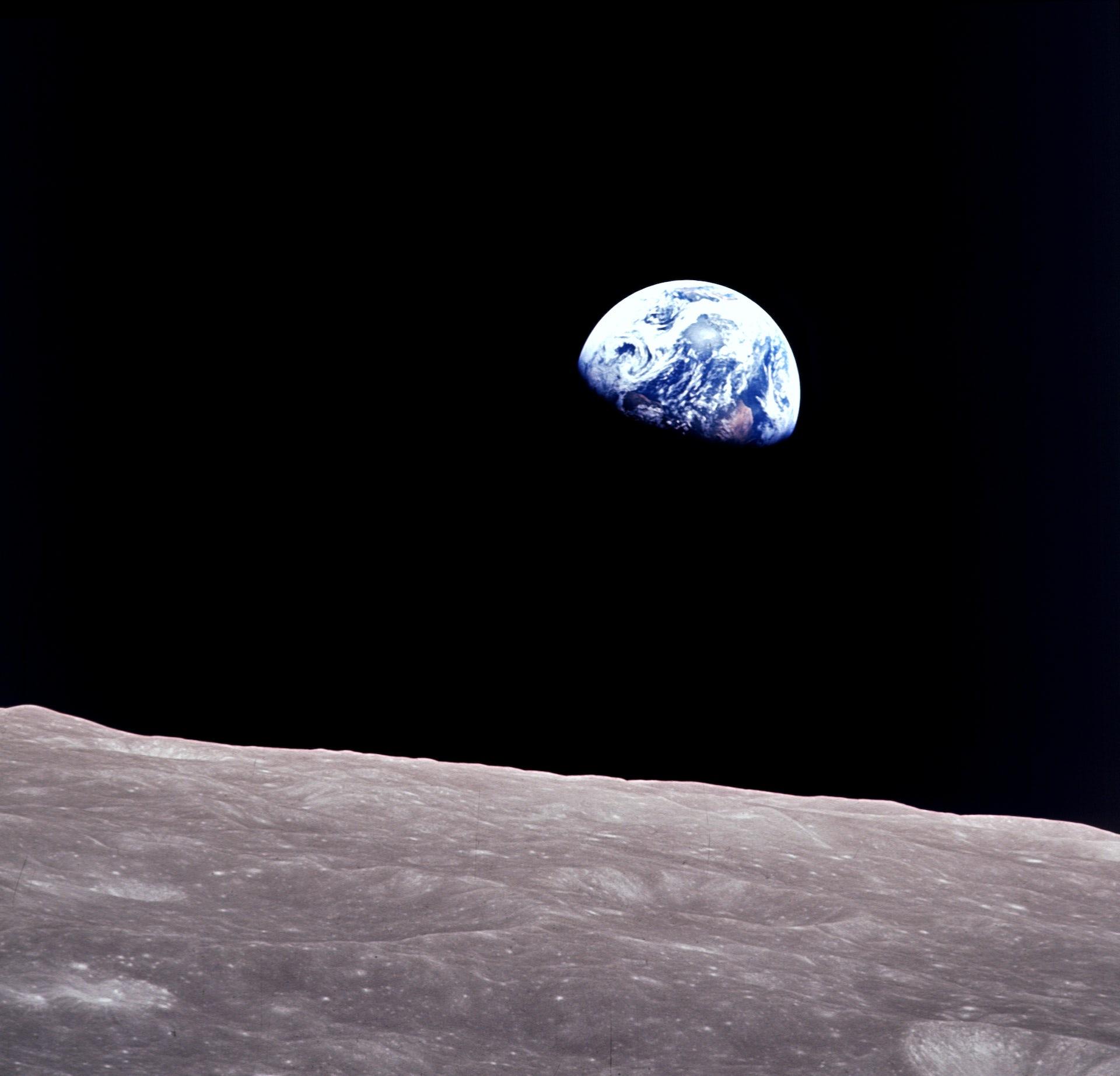 Resultado de imagen de Salida de la Tierra: los astronautas del Apolo 8 capturaron esta espectacular foto de la Tierra elevándose por encima del horizonte lunar mientras emergían desde detrás del lado oscuro de la Luna. NASA