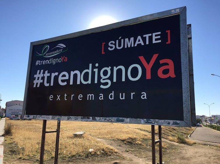 Cartel de #trendignoYA en las inmediaciones de Don Benito (Badajoz) . Foto:Plataforma Tren Digno Ya