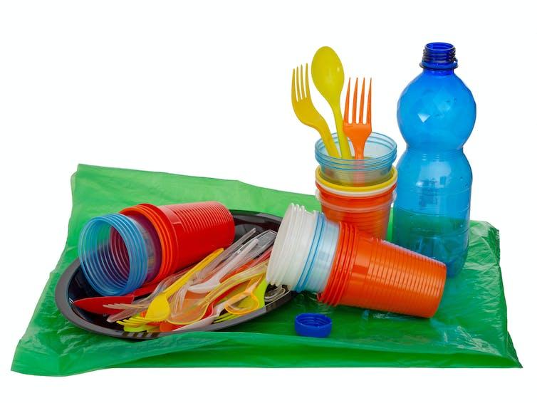 Гранулы — это сырье для производства большинства одноразовых пластиковых изделий, которые мы используем каждый день. Sarah2 / Shutterstock.