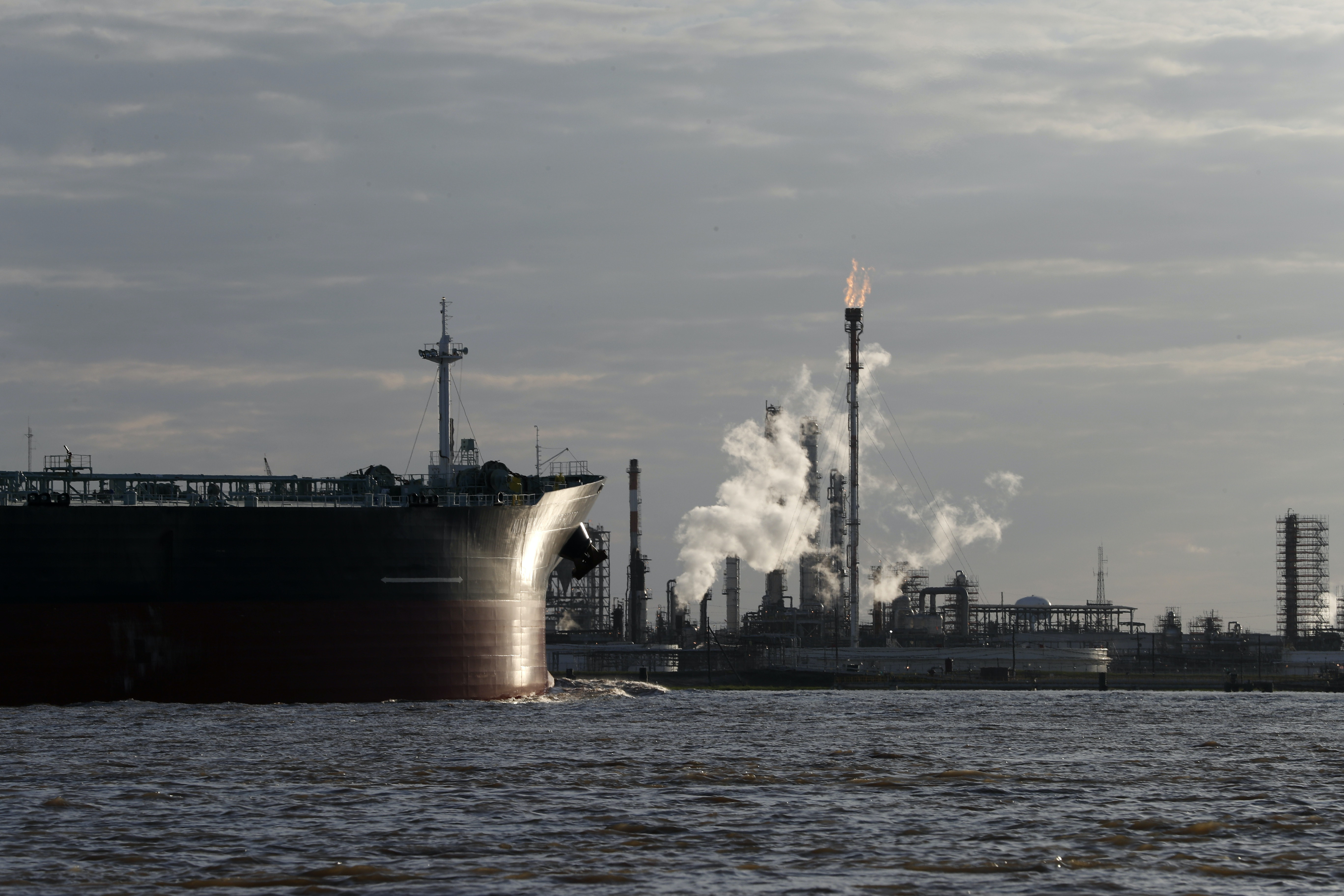 US sanctions on Venezuelan oil could cut the output of refineries at home