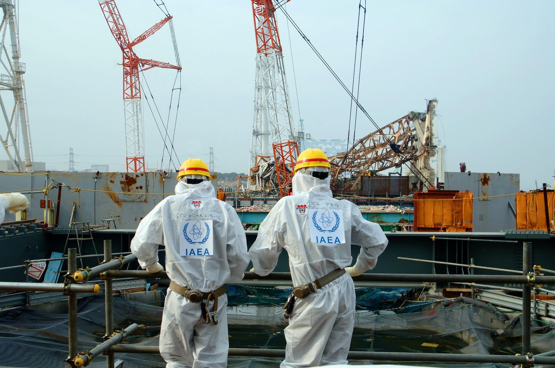 Two IAEA agents examine work Unit 4 of the Fukushima Daiichi Nuclear Power Station (April 17, 2013).Greg Webb/IAEA, CC BY