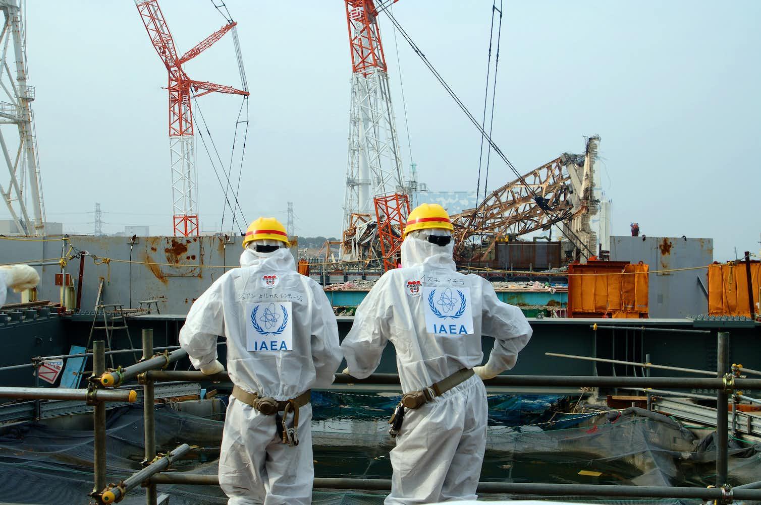 Two IAEA agents examine work Unit 4 of the Fukushima Daiichi Nuclear Power Station (April 17, 2013). Photo credit: Greg Webb/IAEA, CC BY