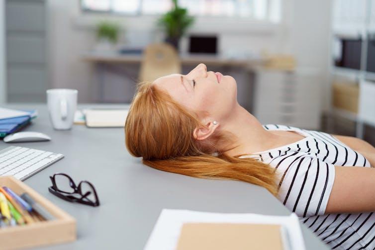 Vous ne faites pas la sieste au bureau ? Vous devriez être viré !