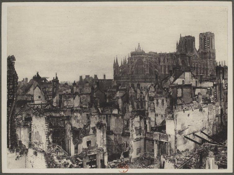 La catedral de Nuestra Señora (Notre Dame) de Reims tras ser destruida por un bombardeo en 1914.Bibliothèque nationale de France
