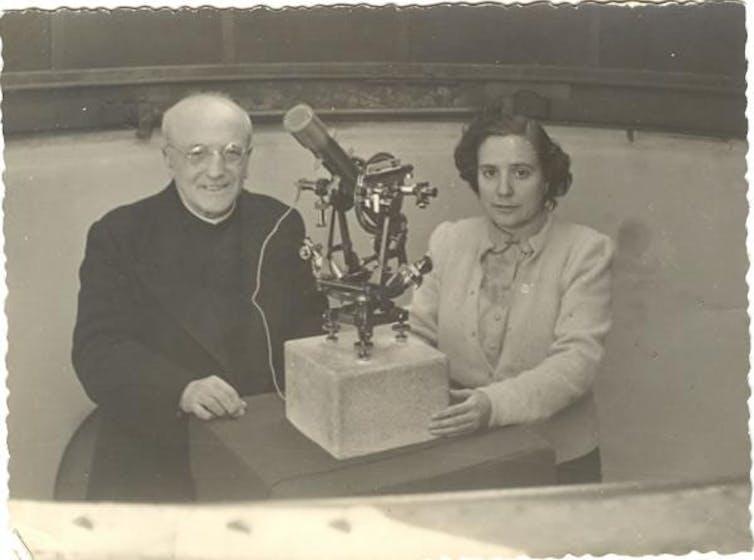Antonia Ferrín Moreiras y Ramón María Aller en el observatorio de Santiago de Compostela. / Archivo de la familia Ferrín MoreirasConsello da Cultura Galega