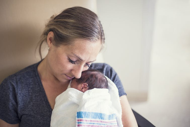 mother-bonding-with-premature-baby-through-music-therapy