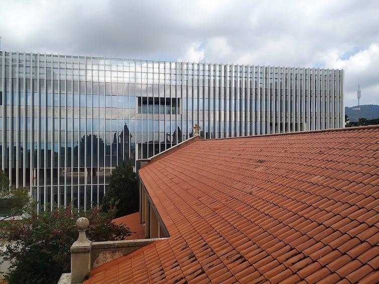 Al fondo, el nuevo edificio del BSC, en el parque de Torre Girona, que albergará el nuevo Marenostrum 5.