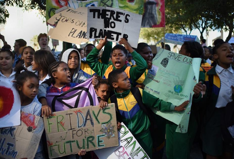Le 14 juin dernier, des élèves sud-africains se sont mobilisés devant le Parlement du pays, au Cap, dans le cadre des manifestations organisées par Extinction Rébellion. Rodger Bosch/AFP