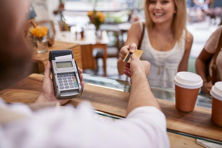 Même si le consommateur ne s'en rend pas compte, chaque transaction numérique bénéficie à un intermédiaire. Jacob Lund/Shutterstock