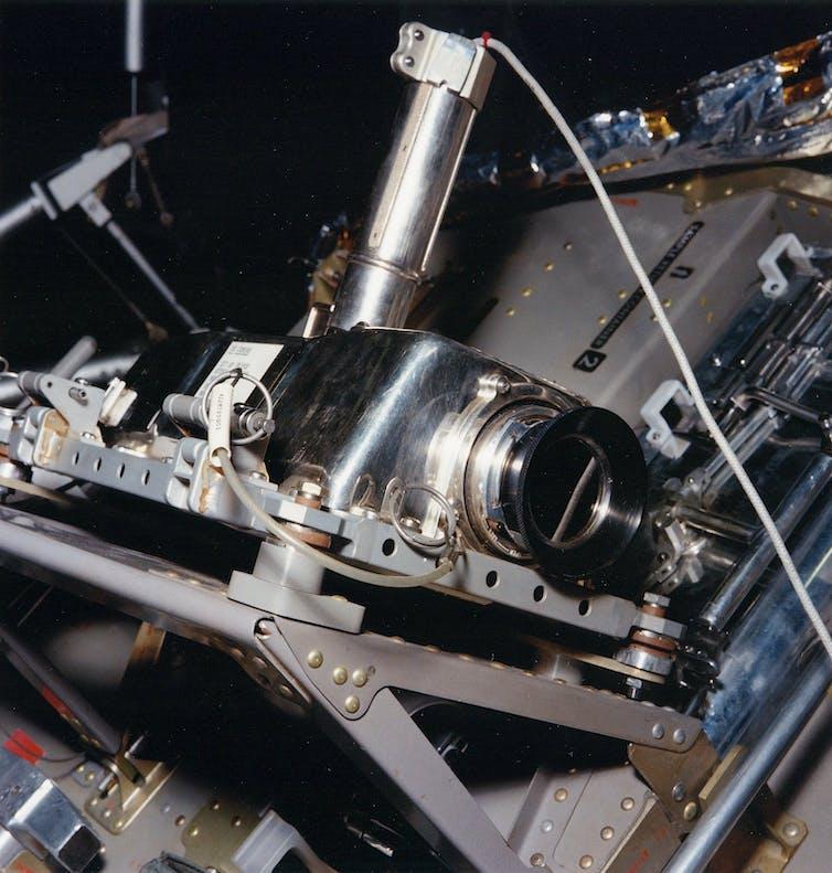 La cámara de televisión del Apolo en su emplazamiento en un lateral del módulo lunar del Apolo 11, desde donde retransmitió el 'pequeño paso' de Armstrong.NASA