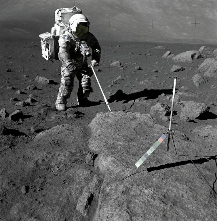 Foto yang memperlihatkan bendera AS yang ditancapkan Neil Armstrong saat pendaratan di Bulan.
