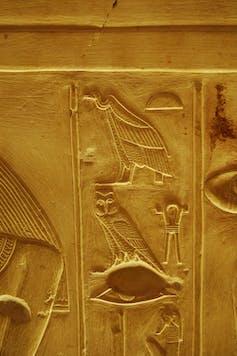 Un détail de trois hiéroglyphes en haut relief, pour montrer la finesse de la sculpture (tombe thébaine de la 18e dynastie). Jean Winand, Author provided
