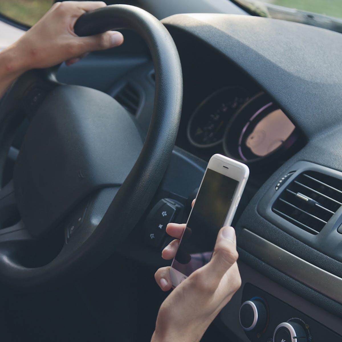 Menyetir Mobil Sambil Bermain Ponsel Terbukti Berbahaya Meski Pakai Hands Free