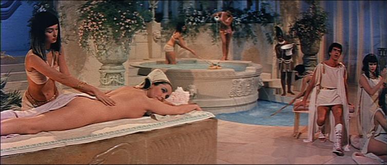 Elizabeth Taylor dans le rôle de Cléopâtre se faisant masser, scène du film Cléopâtre de Mankiewicz, 1963.