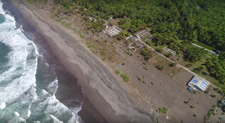 Para peneliti ITB bekerja sama dengan penduduk desa Karangjaladri untuk membangun tanggul laut ramah lingkungan terbuat dari sabut kelapa.