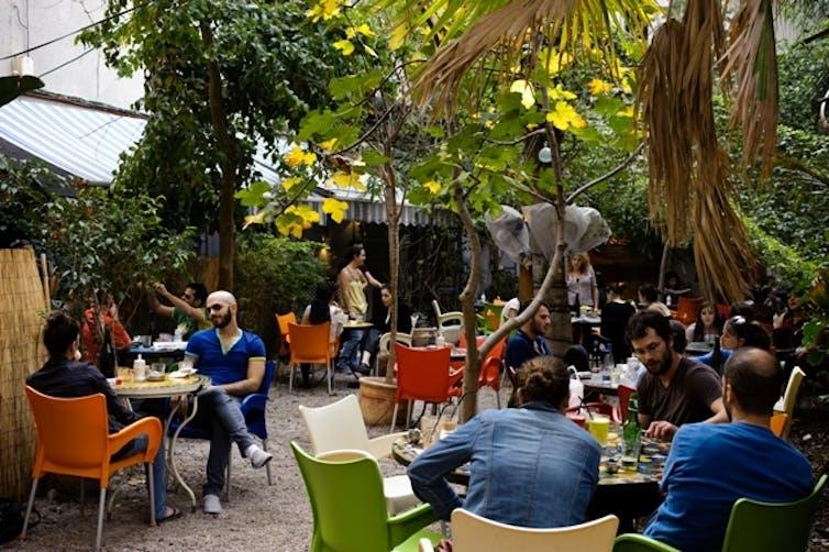 Sonia Getzel Shapira, café branché de Tel-Aviv, où vit une «bulle» culturelle et économique (ici en 2010). Edward Kaprov/Flickr, CC BY-NC-ND