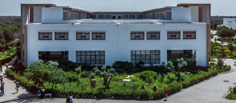 La faculté des sciences juridiques, économiques et sociales à Aït-Melloul, qui fait partie de de l'université Ibn Zohr d'Agadir, accueille 7000étudiants. Faculté des sciences juridiques, économiques et sociales à Aït-Melloul