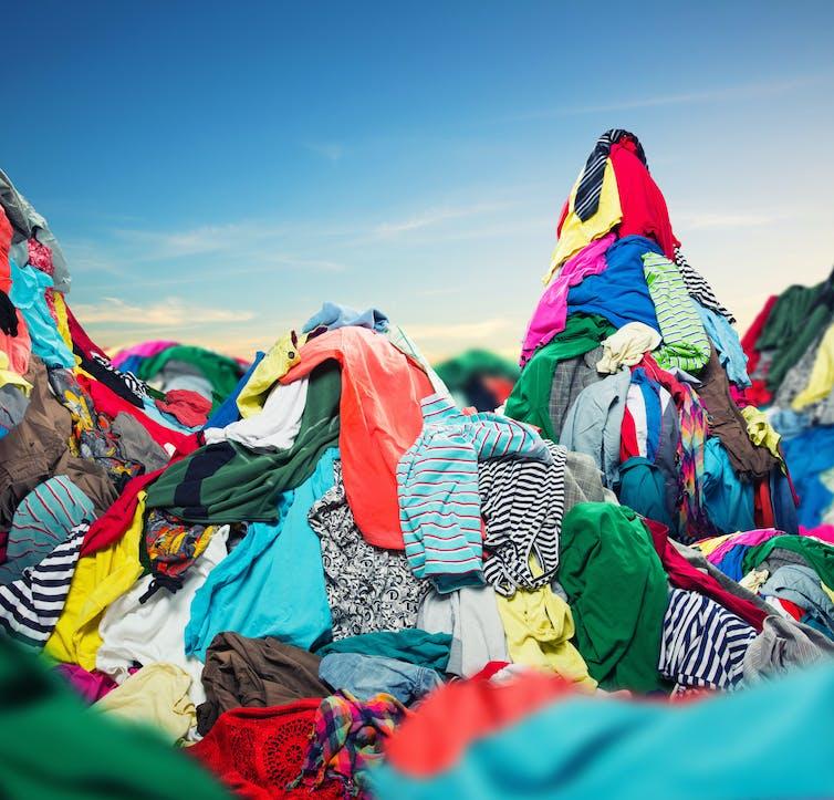 ¿Qué hacer con la gran cantidad de ropa que compramos pero no usamos?