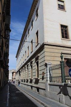 El nuevo edificio que reemplazó al gobierno civil pertenece, en la actualidad, a la Facultad de Derecho de la Universidad de Granada.