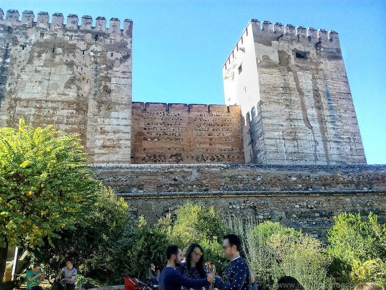Les tours défensives de l'Alhambra, à Grenade (Espagne). Source : Moli Sta Elena/Flickr, CC BY-NC-SA