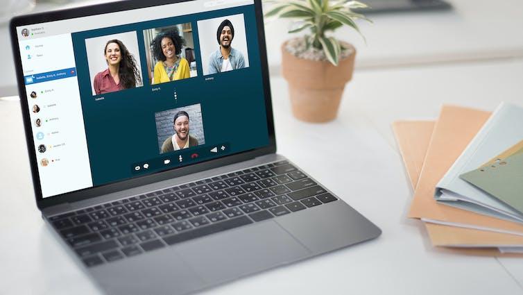 دانش آموزان می توانند در گروه های کوچک شرکت کنند تا از یکدیگر به صورت آنلاین پشتیبانی کنند.