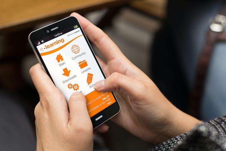 بسیاری از دانش آموزان از تلفن همراه برای فراگیری آنلاین استفاده می کنند