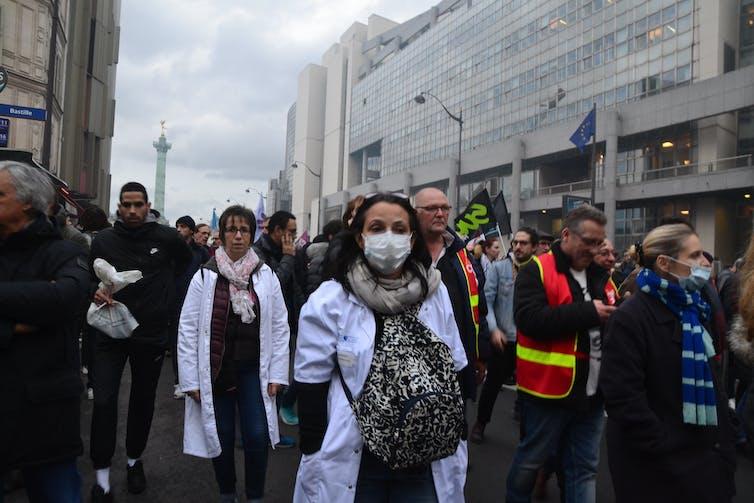Manifestation du 17 décembre 2019 contre la réforme des retraites, ici des soignants à Paris. Jeanne Menjoulet/Flickr, CC BY