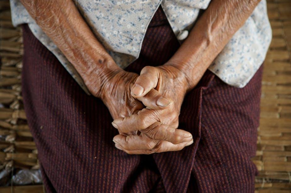Risiko kematian lansia dengan COVID-19 tinggi tapi pelayanan kesehatan  belum berpihak pada mereka: apa yang harus dilakukan