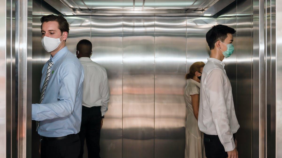 Cuál es el riesgo de contraer COVID-19 en un ascensor?