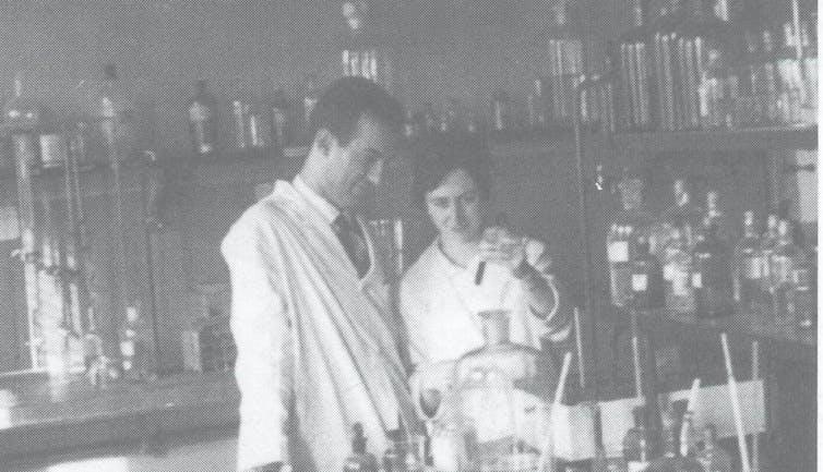 Margarita Salas y su marido Eladio Viñuela en su laboratorio del entonces Centro de Investigaciones Biológicas, hoy denominado Centro de Investigaciones Biológicas Margarita Salas.CSIC